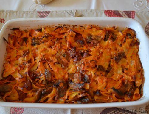 Pappardelle al forno con funghi e salsiccia