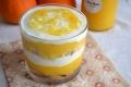 Bicchieri di crema all'arancia e yogurt