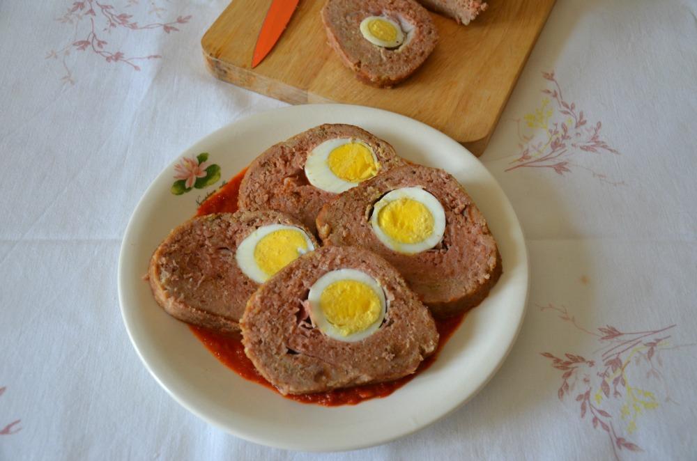 Polpettone farcito con uova sode e speck