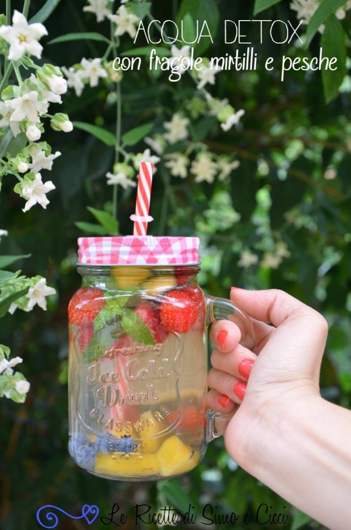 Acqua detox con fragole mirtilli e pesche