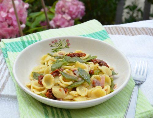 Orecchiette con taccole pomodori secchi e speck