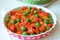 Insalata di peperoni arrostiti e olive verdi