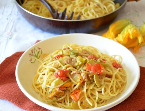 Spaghetti con tonno fiori di zucca e zucchine