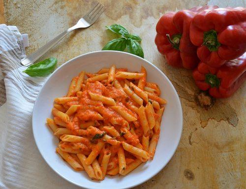 Pasta con crema di peperoni e basilico