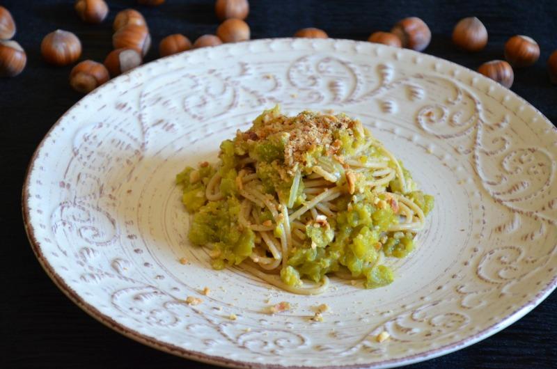 Spaghetti integrali con crema di peperoni verdi e nocciole
