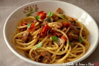 Pasta con funghi champignon e pomodorini