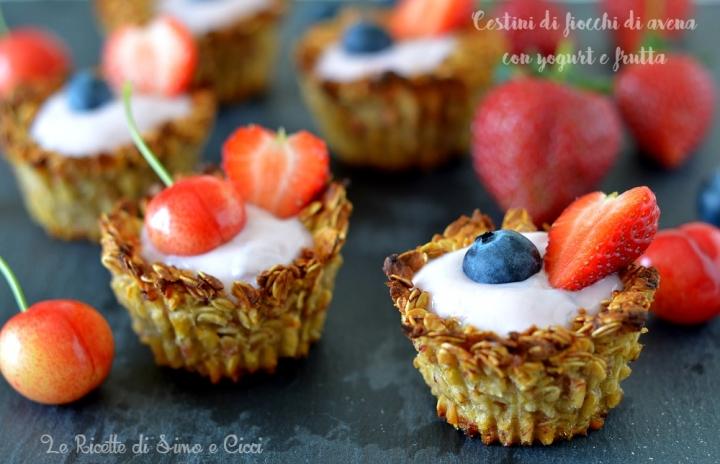 Cestini di fiocchi di avena con yogurt e frutta