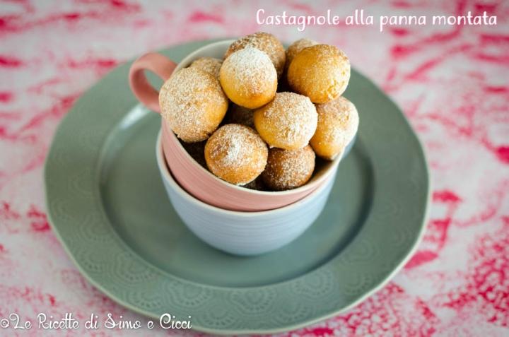 Le Castagnole alla panna montata sono soffici, deliziose palline velocissime da preparare, una variante delle classiche castagnole perché l'impasto è preparato con panna montata.