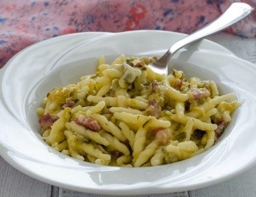 Trofie con zucchine pancetta e scamorza