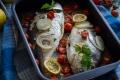 Orata al forno con cipolle e pomodorini
