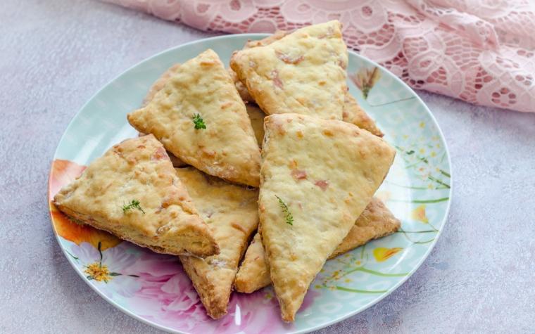 Scones salati al prosciutto e formaggio