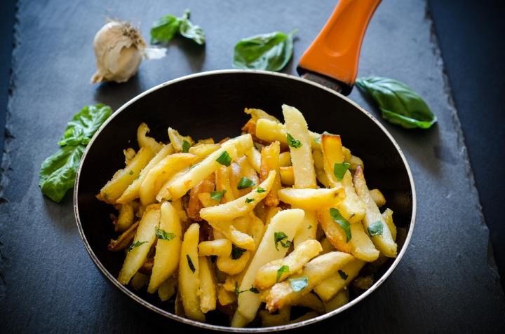 Patatine fritte all'aglio e basilico