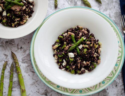 Insalata di riso venere con asparagi e zucchine