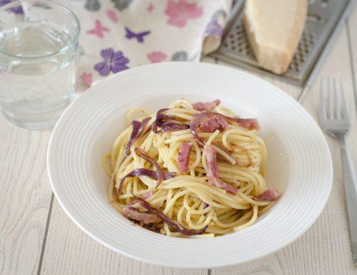 Spaghetti con cipolle rosse e pancetta