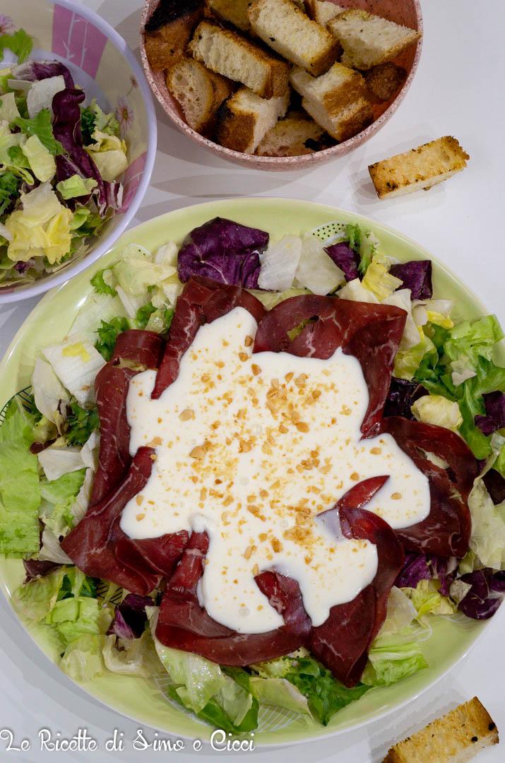 Bresaola con insalata e formaggio cremoso con crostini di pane