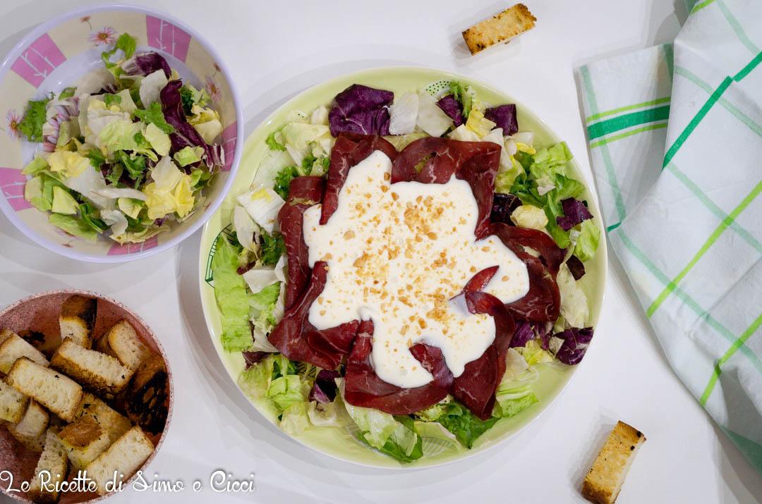 Bresaola con insalata e formaggio cremoso