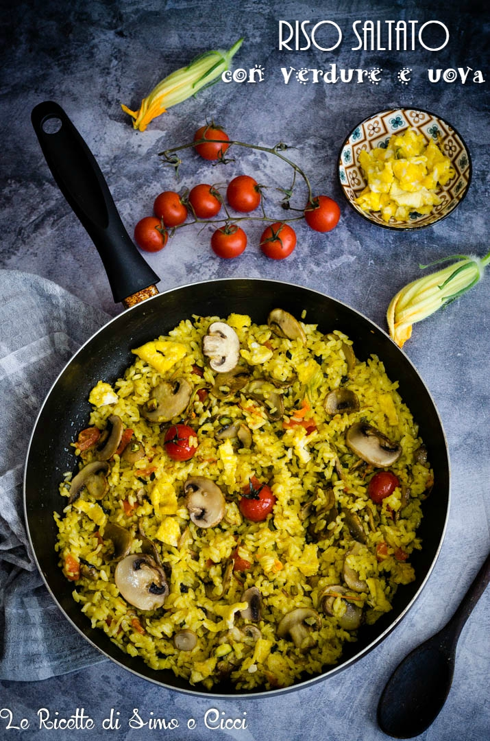 Riso saltato con verdure e uova in padella