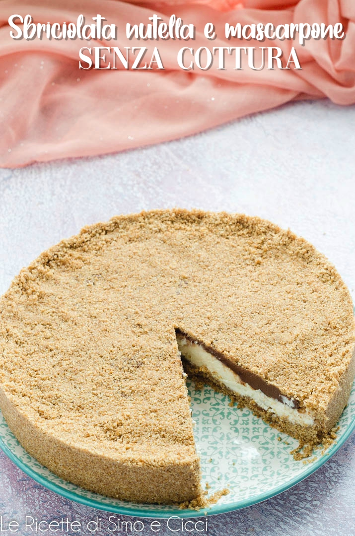 Sbriciolata nutella e mascarpone senza cottura con fetta mancante su piatto azzurro e sfondo viola