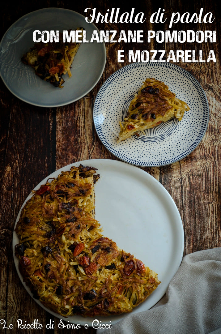Frittata di pasta con melanzane pomodori e mozzarella con due piatti più piccoli e due fette di frittata