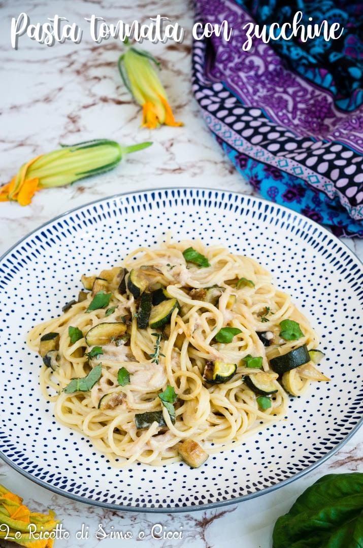 Pasta tonnata con zucchine su piatto a pois blu e fiori di zucca