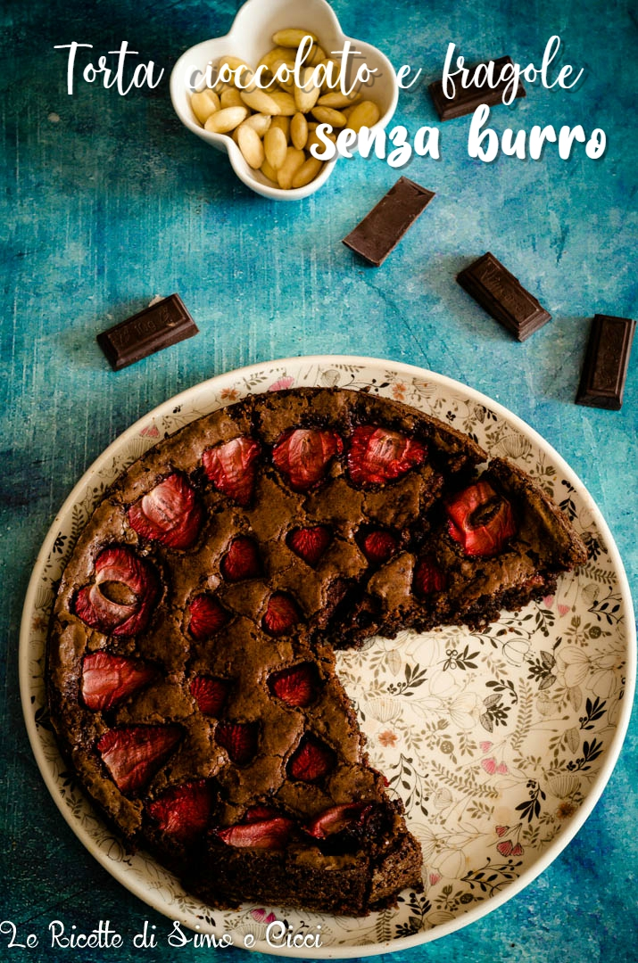 Torta cioccolato e fragole senza burro con mandorle