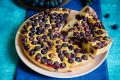 Torta con uva fragola e yogurt