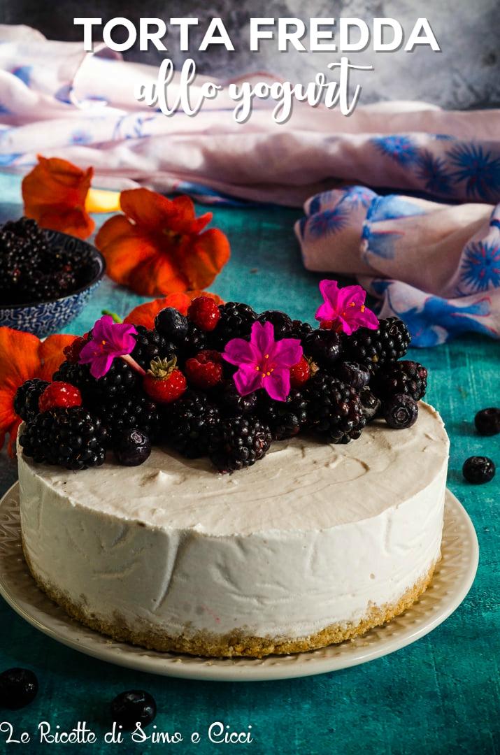 Torta fredda con frutta e fiori