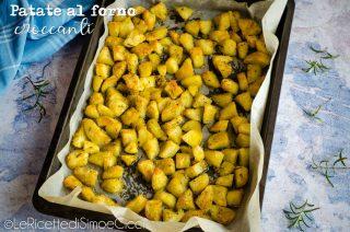 sfondo azzurro e teglia con patate