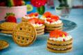 Torrette di biscotti con crema e fragole