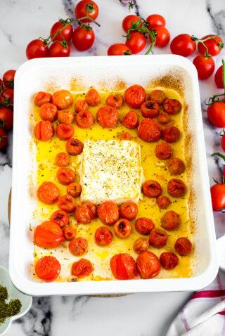 Pomodorini, feta e olio dopo la cottura in fornoprocedimento