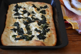 Pizza con spinaci e crema di quartirolo