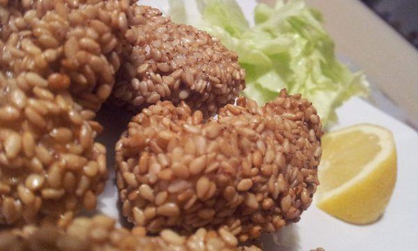 Straccetti di pollo in crosta di sesamo