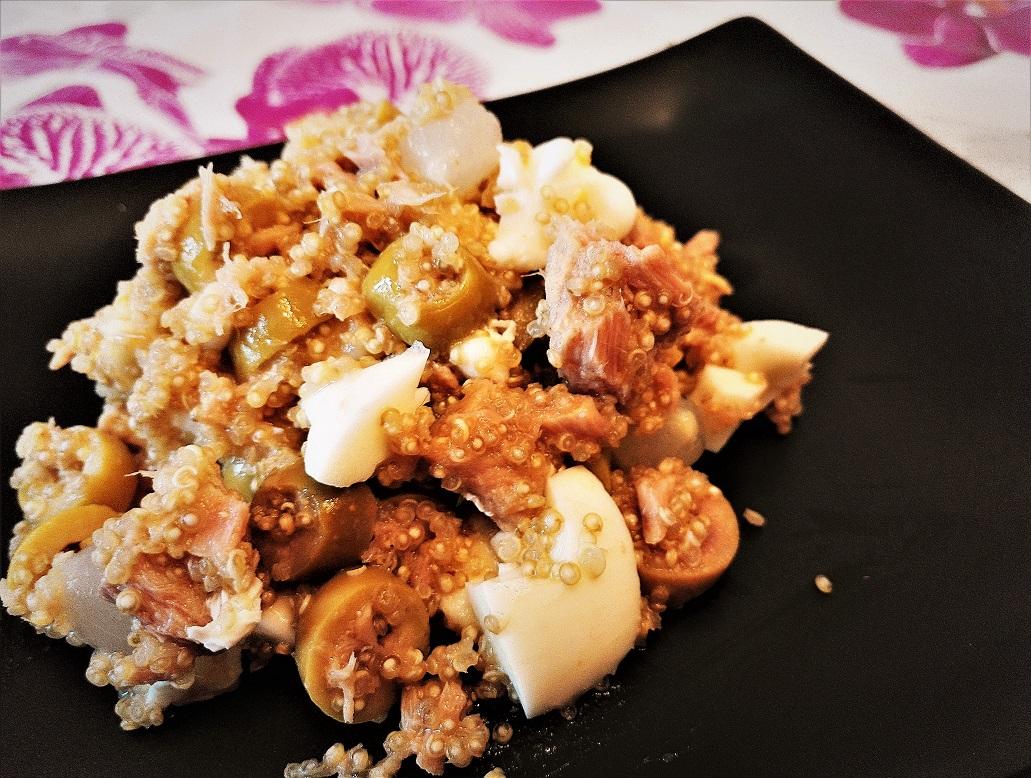 Insalata fredda di quinoa bianca e tonno