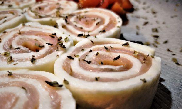 Rotolini di mozzarella ripieni di salmone