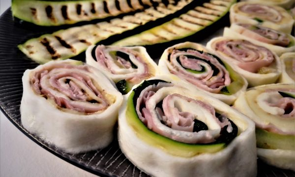 Rotolini di mozzarella ripieni di zucchine e prosciutto