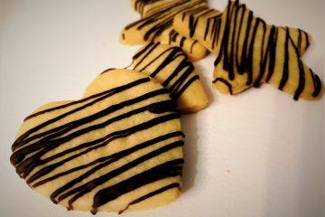 Biscotti con pasta sablè e cioccolato