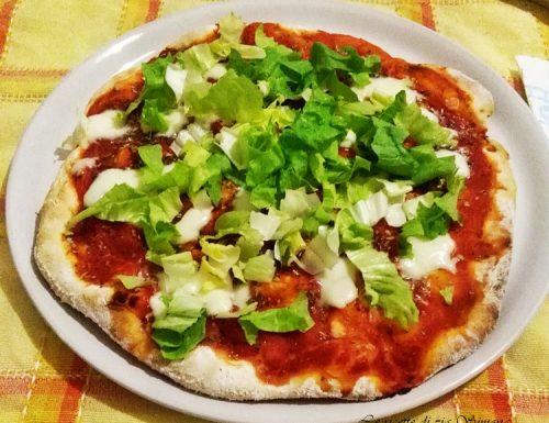 Pizza pomodoro mozzarella e insalata senza glutine