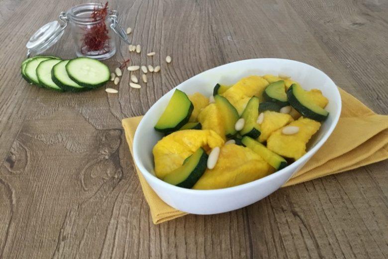 Bocconcini di pollo allo zafferano con zucchine e pinoli