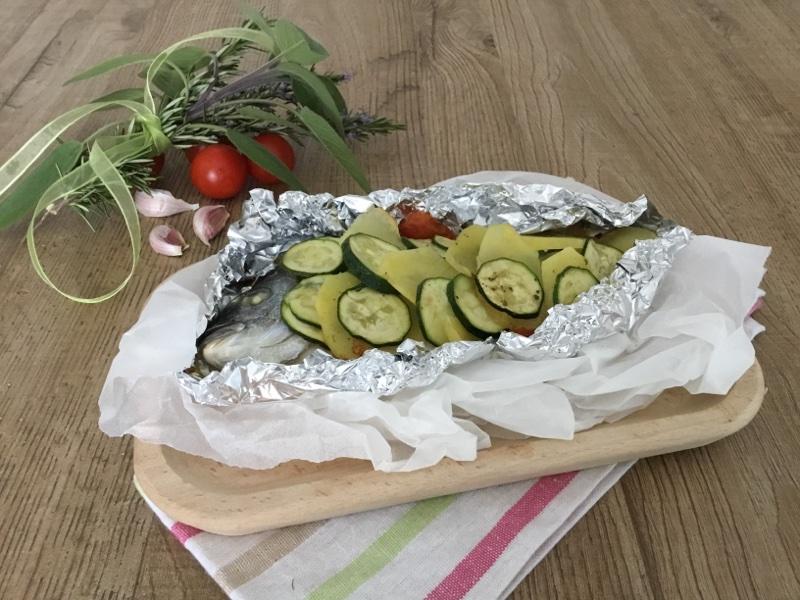 Orata al cartoccio con zucchine e patate