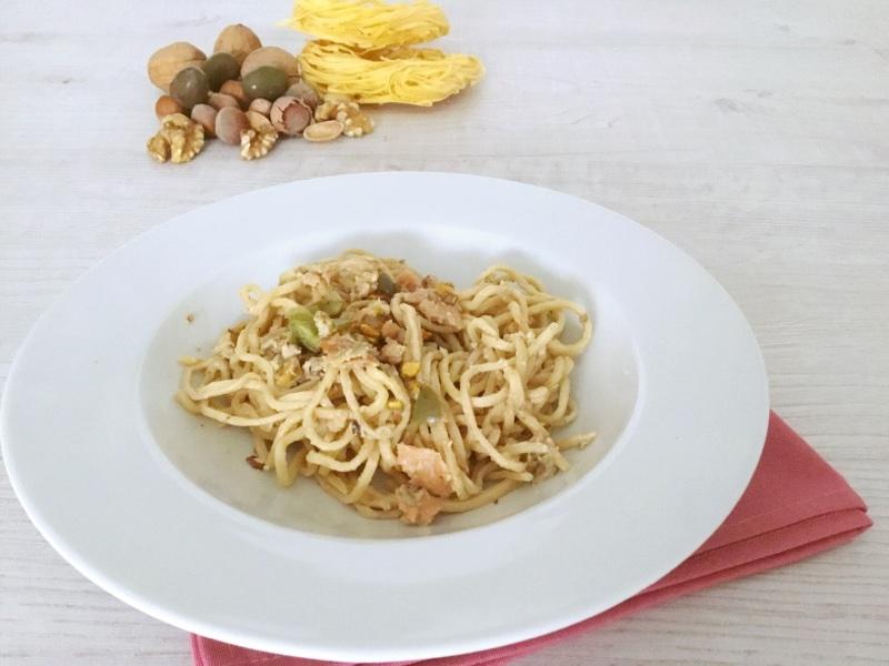 Tagliatelle salmone, frutta secca e olive verdi