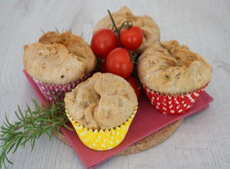 Muffin di focaccia ripieni di mozzarella e pomodorini
