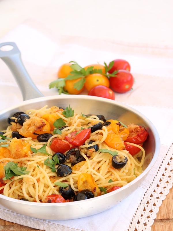 Spaghetti con pomodorini gratinati e olive nere