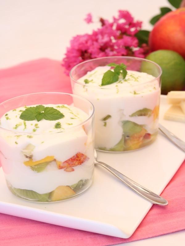 Mousse di yogurt e cioccolato bianco e frutta fresca