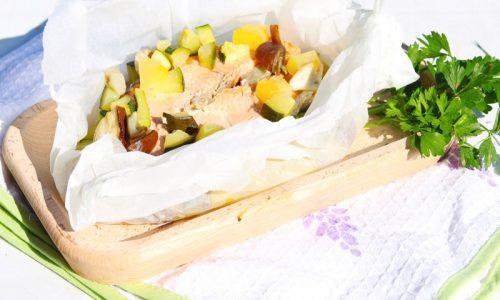 Salmone al cartoccio con dadolata di verdure