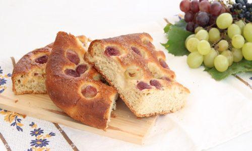 Focaccia dolce con uva e vin santo