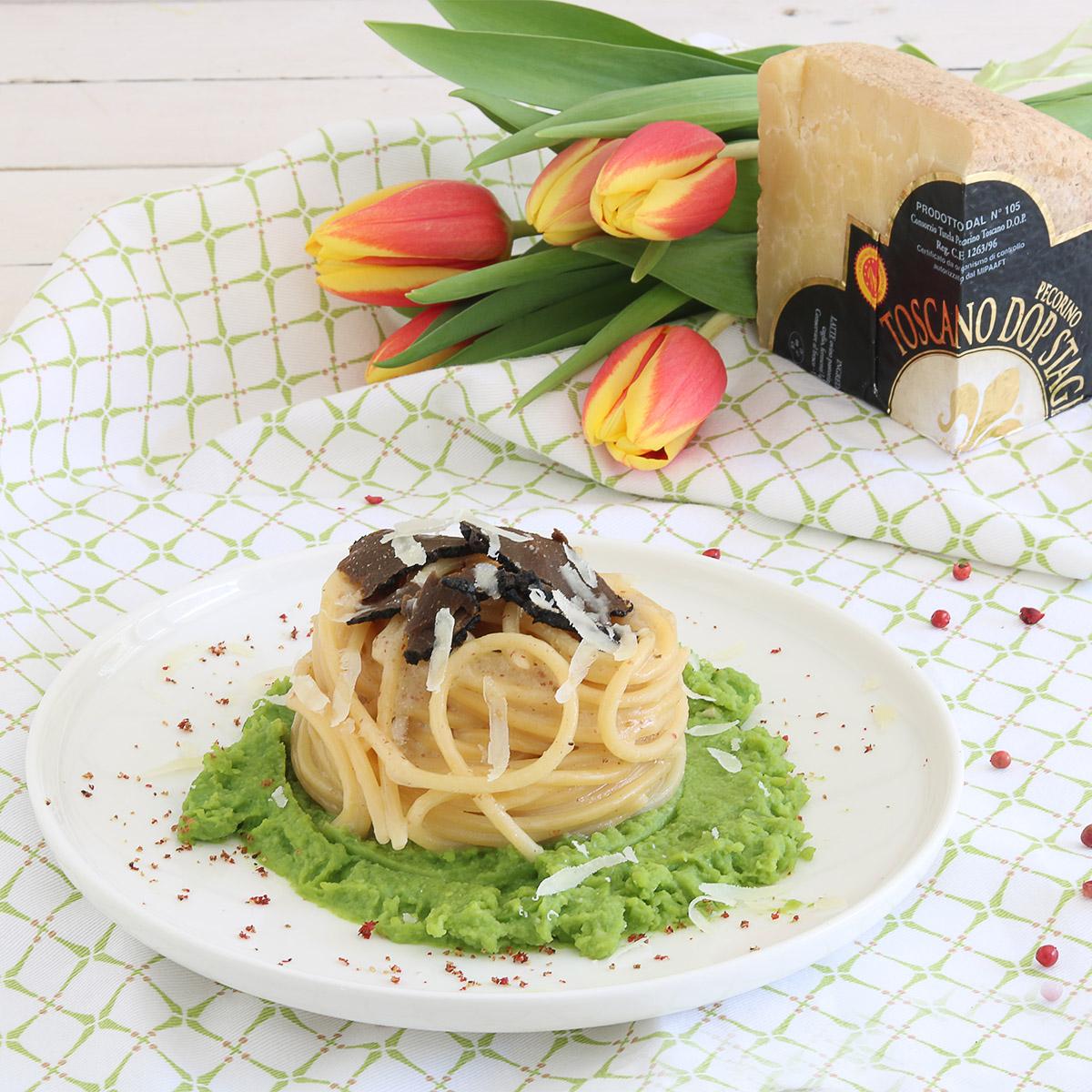 spaghetti al pecorino toscano e pepe rosa