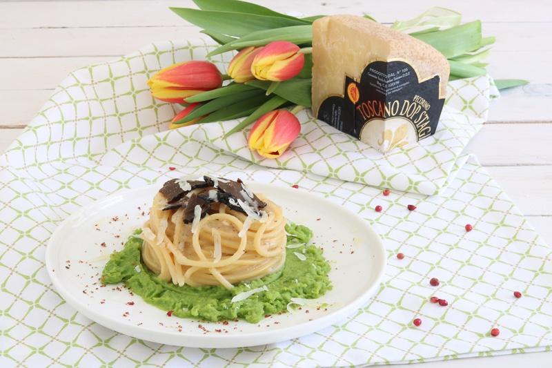 spaghetti cacio e pepe con crema di fave