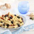 pasta fredda con tonno pomodori secchi olive nere e frutto di cappero