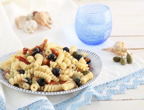 Pasta fredda con pomodori secchi capperi olive e tonno
