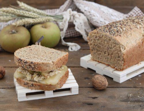 Toast di segale e semi con crema di noci fontina e mele